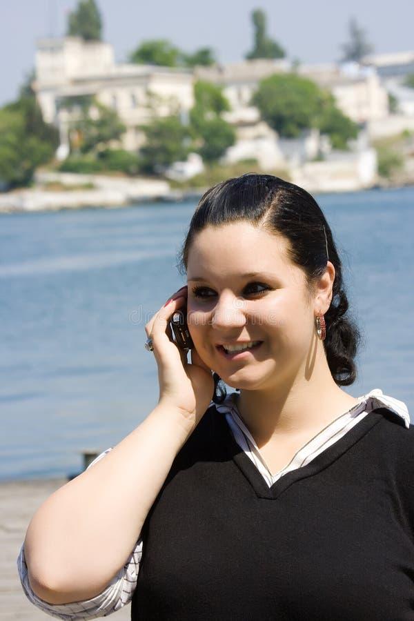 Het meisje dat telefonisch spreekt royalty-vrije stock afbeelding