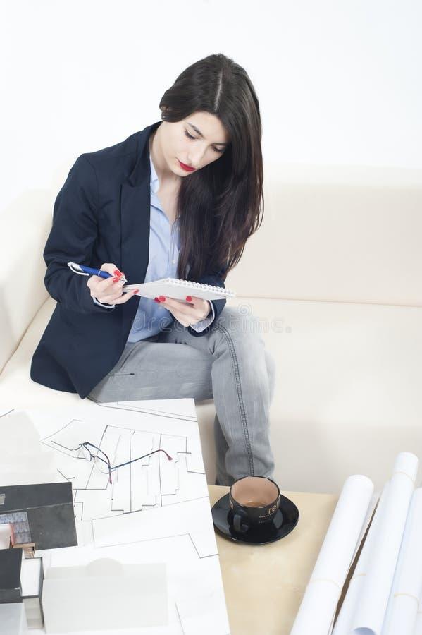 Het meisje dat van de architect aan een nieuw architectuurmodel werkt stock foto's