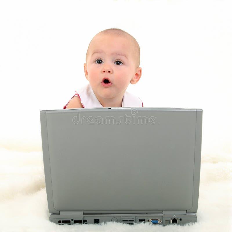 Het Meisje dat van de baby aan Laptop werkt royalty-vrije stock fotografie