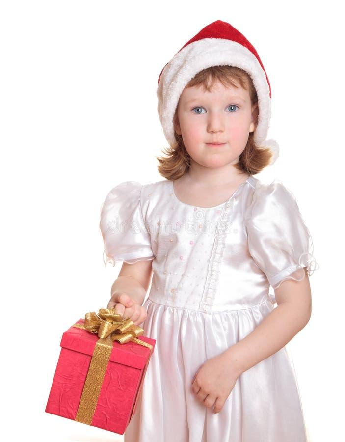 Het meisje dat van de baby in de hoed van de Kerstman haar huidig houdt royalty-vrije stock foto