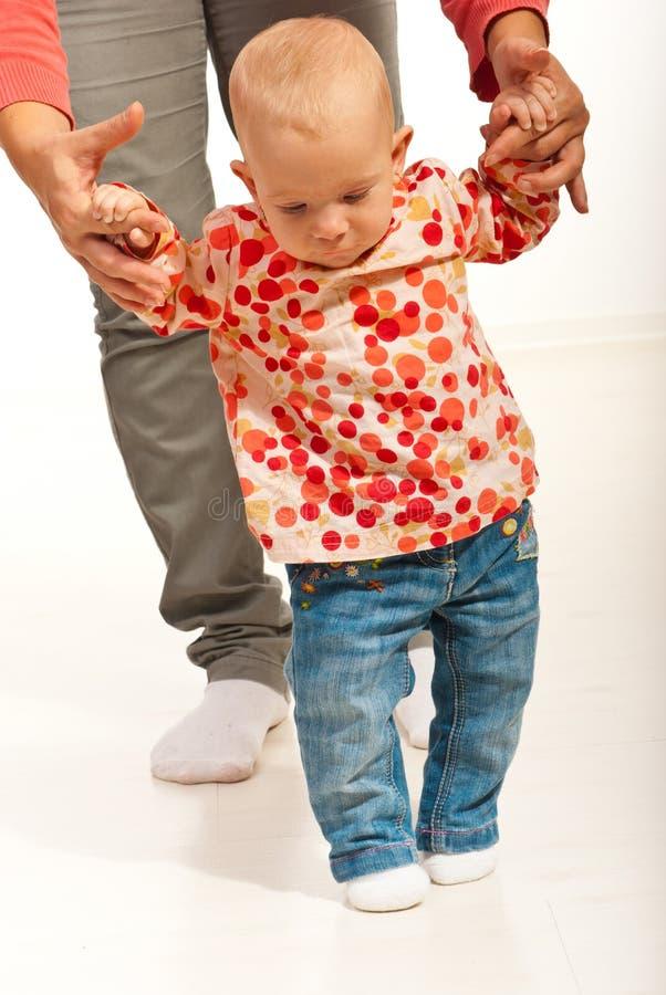 Het meisje dat van de baby eerste stappen maakt stock foto's