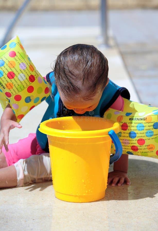 Het Meisje dat van de baby emmer onderzoekt stock foto's