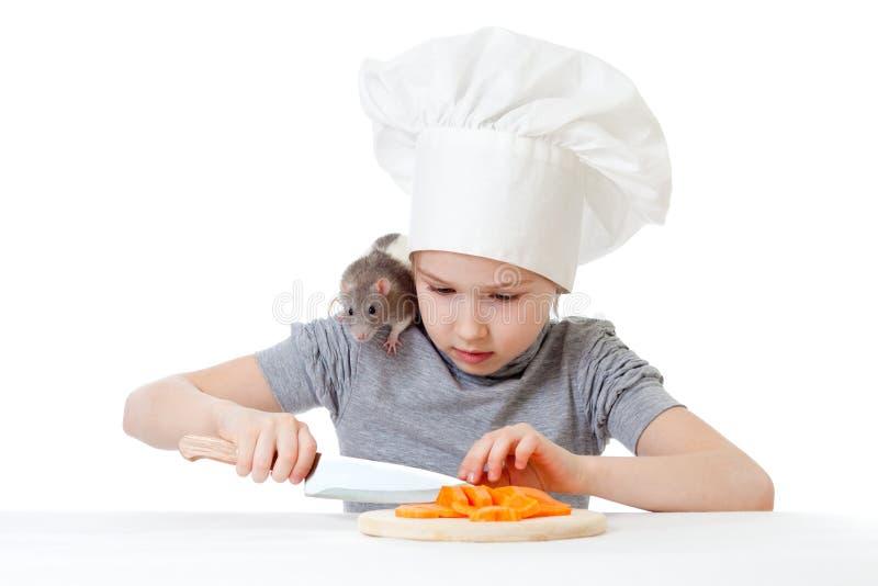 Het meisje dat van de chef-kok gezonde voedsel en huisdierenrat voorbereidt stock afbeelding