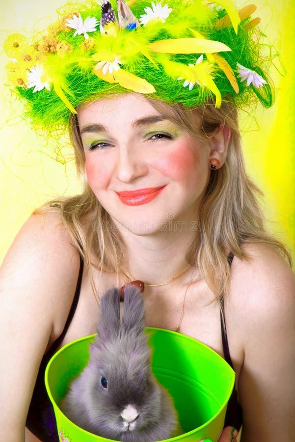 Het meisje dat van de lente een konijntje houdt stock foto's