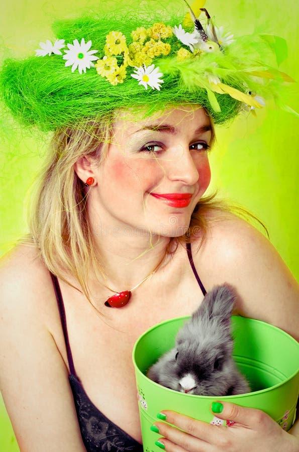 Het meisje dat van de lente een konijntje houdt royalty-vrije stock afbeelding