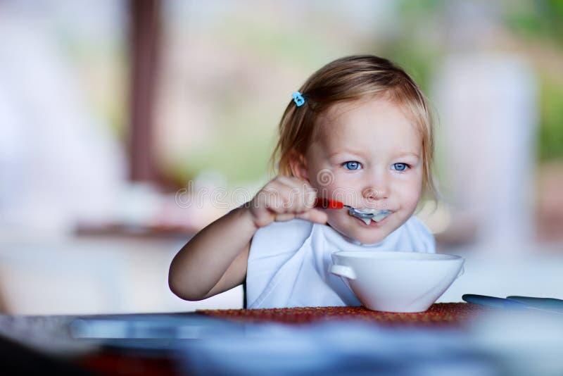 Het meisje dat van de peuter ontbijt heeft royalty-vrije stock afbeelding
