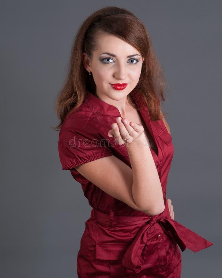 Het meisje dat van de roodharige een kus blaast royalty-vrije stock foto's