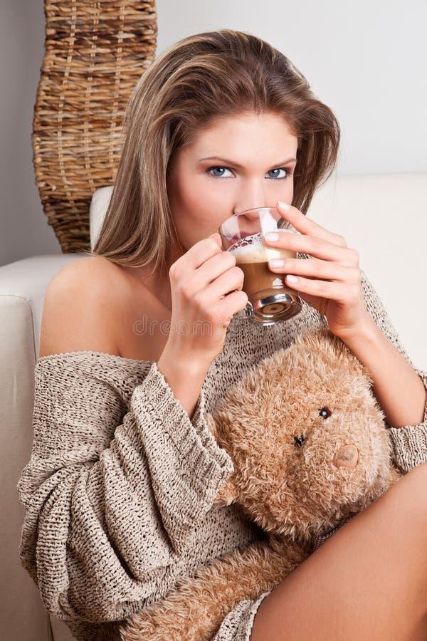 Het meisje dat van de schoonheid een kop van koffie drinkt royalty-vrije stock afbeeldingen