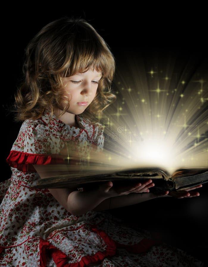 Het meisje dat van de tiener het Boek leest. royalty-vrije stock fotografie