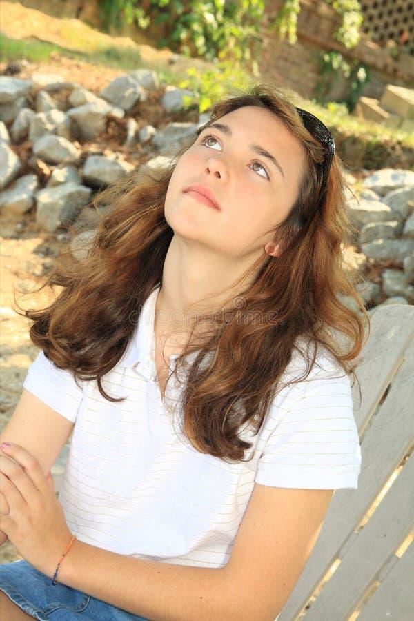 Het meisje dat van de tiener omhoog kijkt stock foto