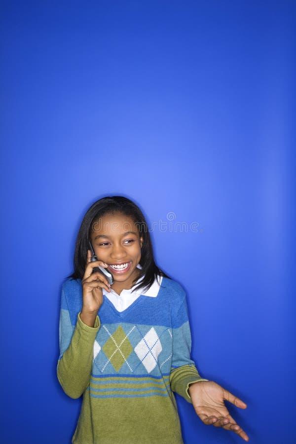Het meisje dat van de tiener op cellphone spreekt stock foto