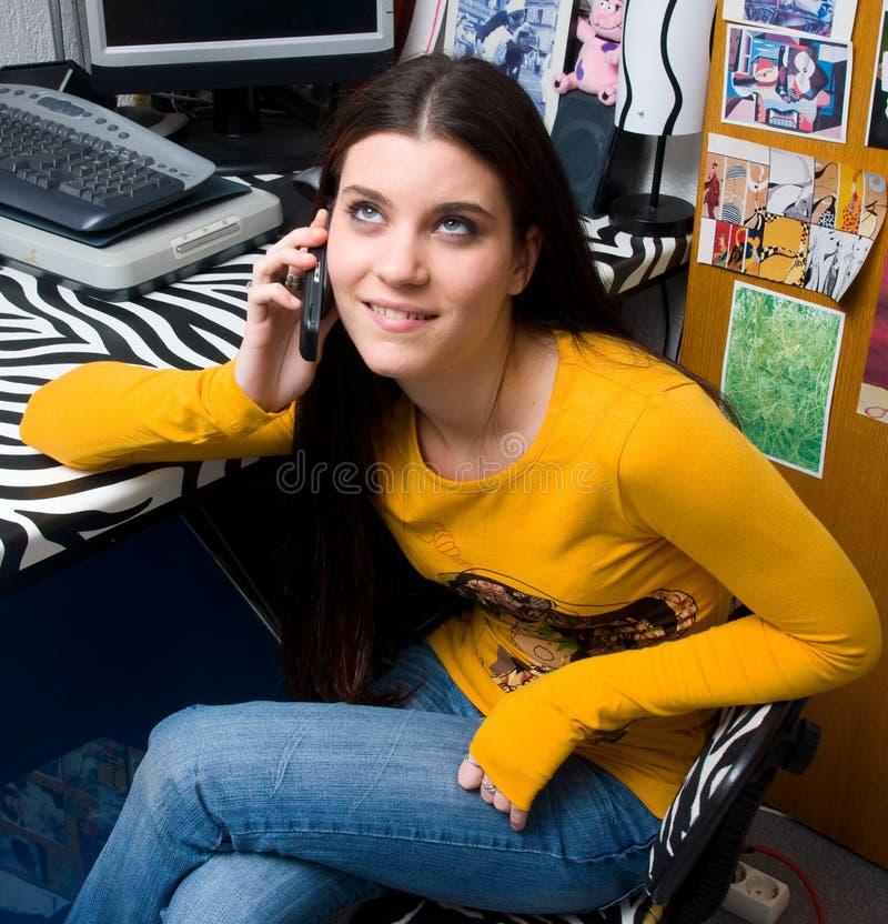 Het meisje dat van de tiener op telefoon spreekt stock fotografie