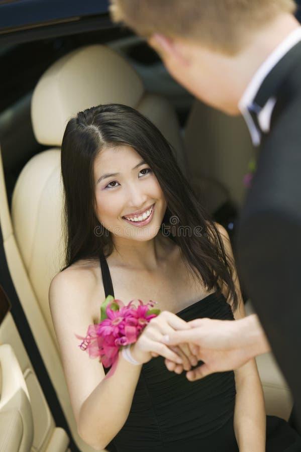 Het meisje dat van de tiener uit limo wordt geholpen royalty-vrije stock afbeelding