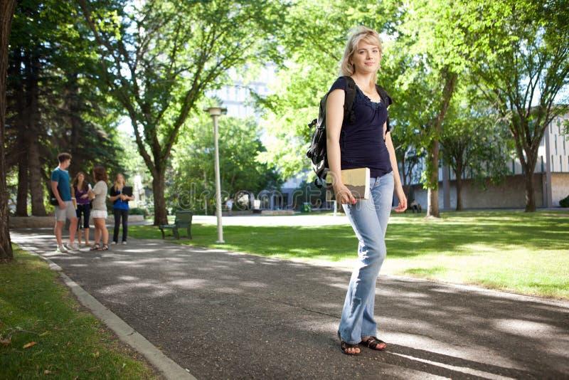 Het Meisje dat van de universiteit aan Klasse loopt royalty-vrije stock afbeeldingen