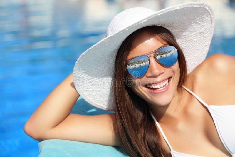 Het meisje dat van de zomer door pool glimlacht stock afbeelding