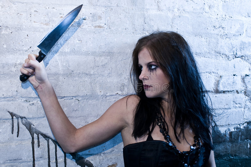 Het meisje dat van Goth een mes houdt stock afbeelding