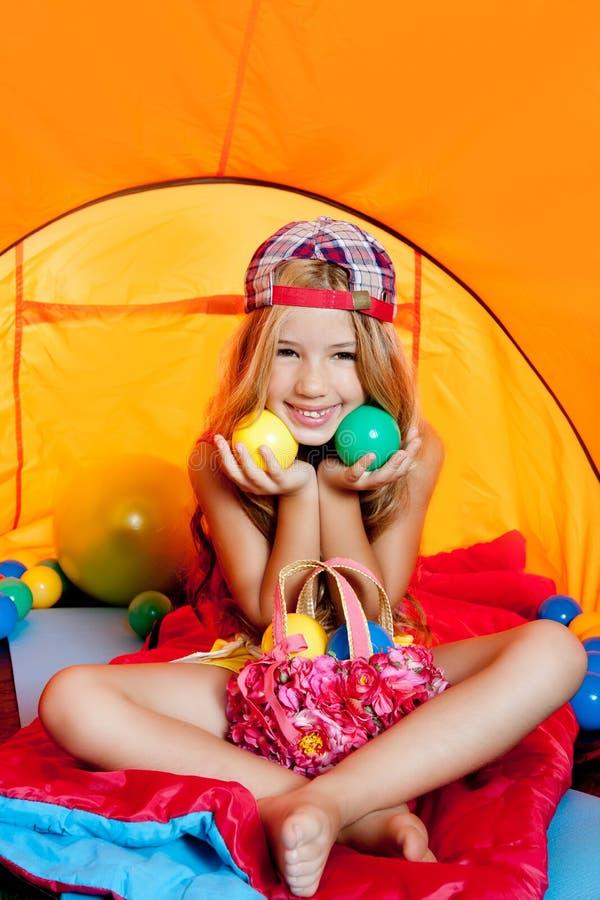 Het meisje dat van kinderen binnen het kamperen tent speelt stock afbeelding