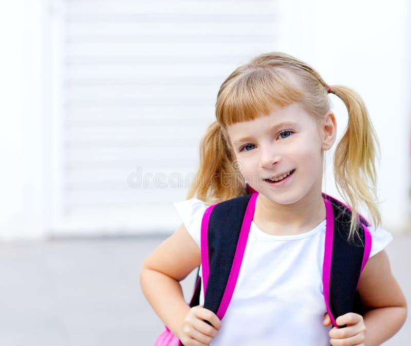 Het meisje dat van kinderen naar school met zak gaat royalty-vrije stock fotografie