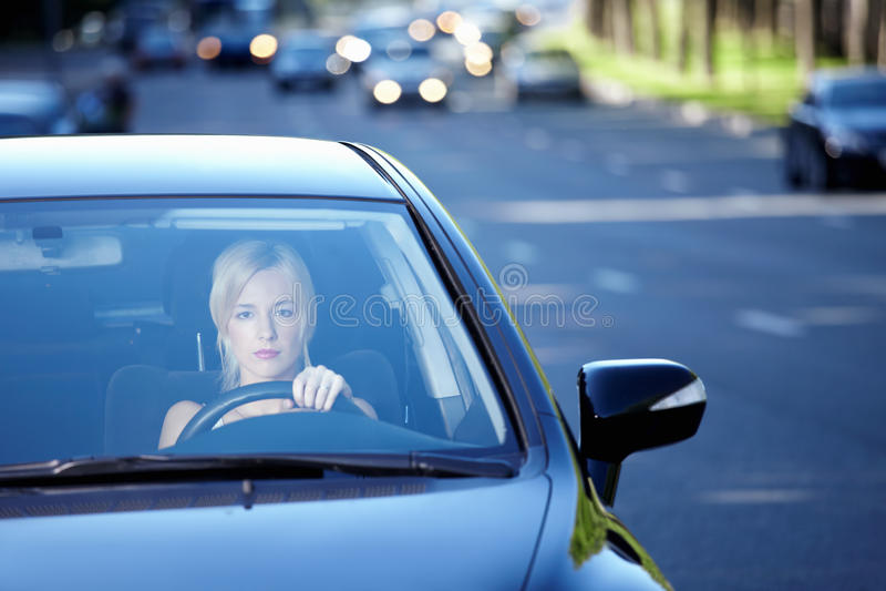 Het meisje in de auto royalty-vrije stock afbeeldingen
