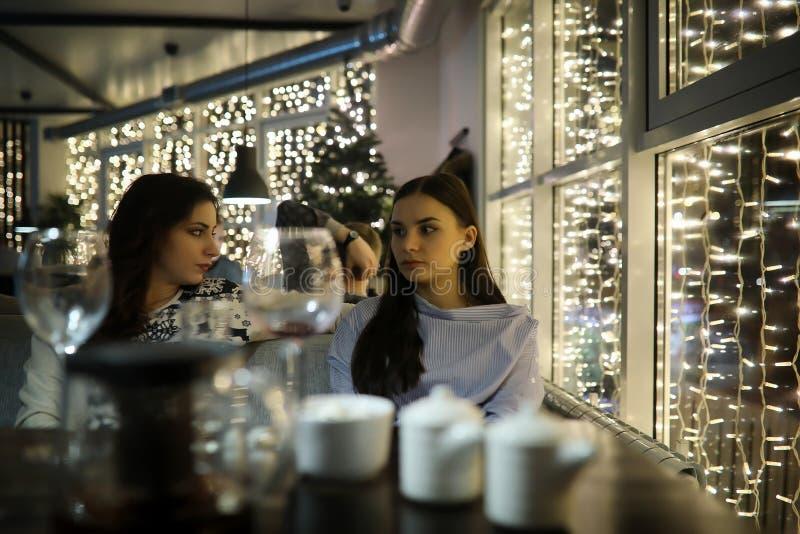 Het meisje in de avond rest in een koffie royalty-vrije stock foto's