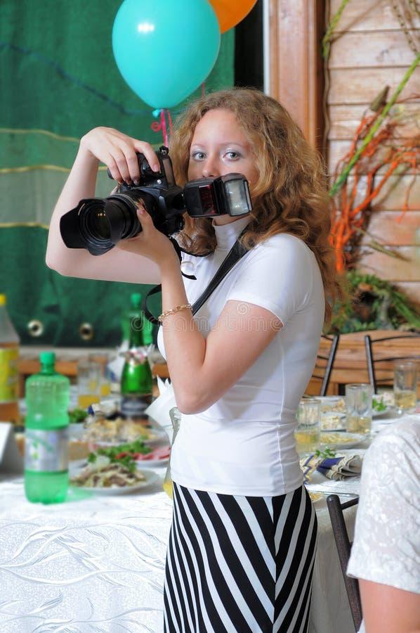 Het meisje de fotograaf bij restaurant. royalty-vrije stock fotografie