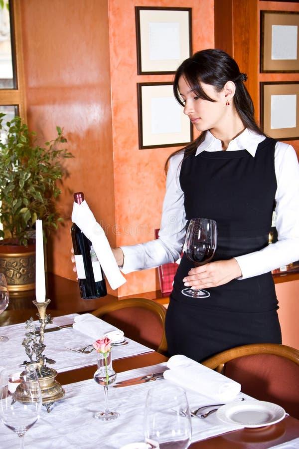 Het meisje de kelner met wijn stock fotografie