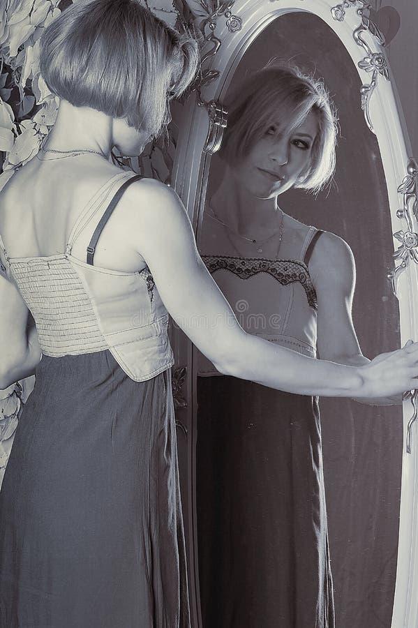 Het meisje in de spiegel royalty-vrije stock fotografie