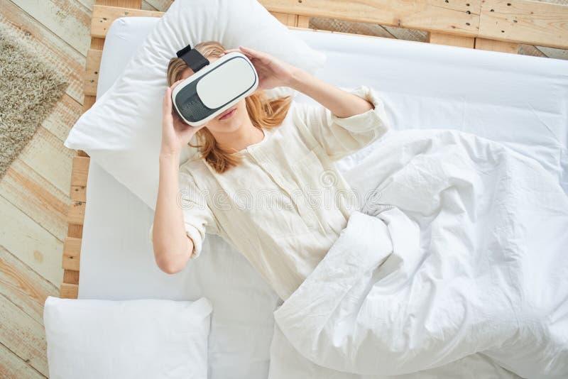 Het meisje in de virtuele werkelijkheidshelm royalty-vrije stock afbeelding