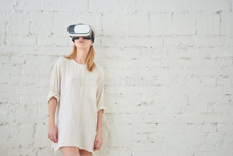 Het meisje in de virtuele werkelijkheidshelm stock afbeelding