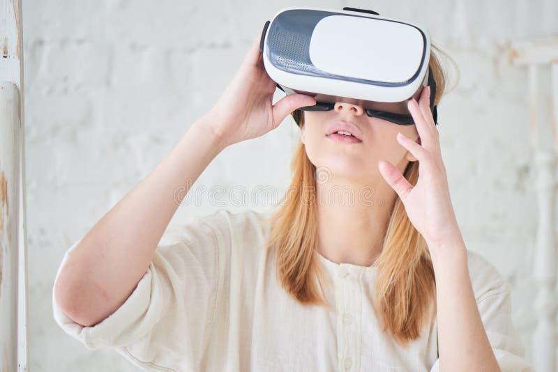 Het meisje in de virtuele werkelijkheidshelm royalty-vrije stock foto's