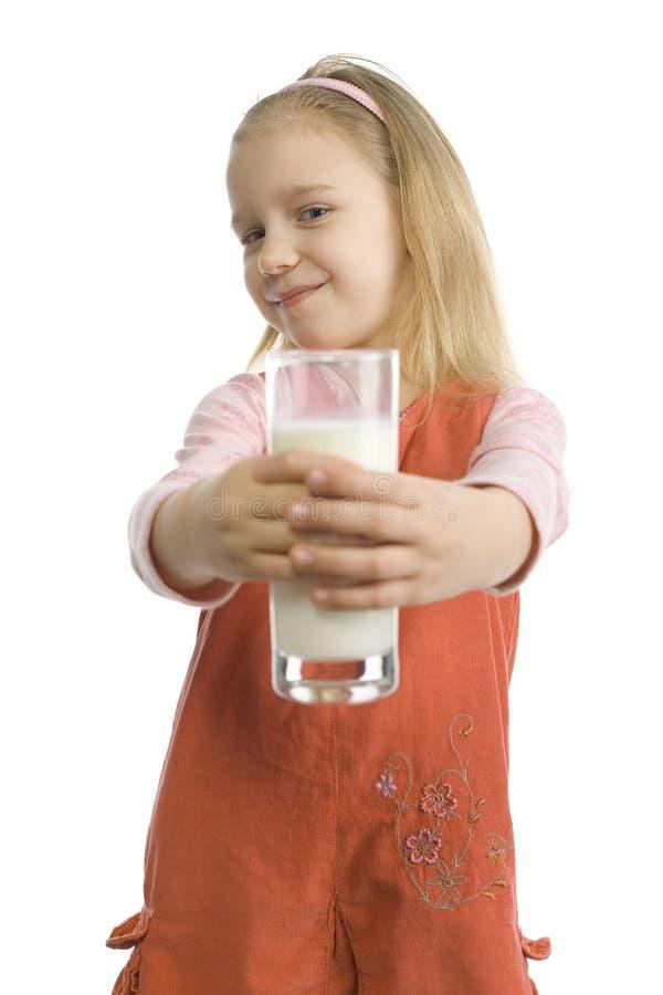Het meisje deelt glas melk stock afbeeldingen