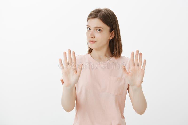 Het meisje denkt de vriend zou moeten vertragen Portret die van kalme ontstemde leuke vrouw met tatoegering op wapen, palmen trek stock fotografie