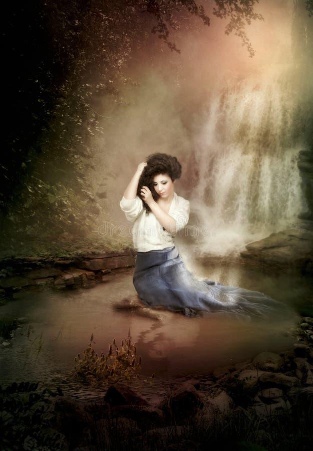 Het meisje dichtbij de waterval royalty-vrije stock foto