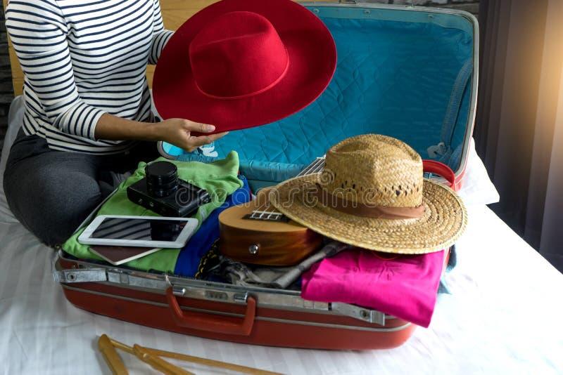 het meisje die de bagage inpakken treft voor haar reis voorbereidingen royalty-vrije stock foto