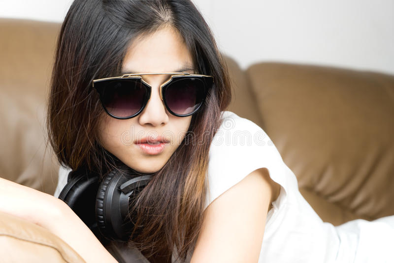 Het meisje die koele zonnebril dragen en luistert om te dansen muziek royalty-vrije stock fotografie