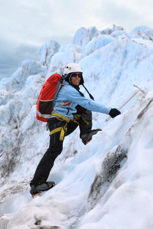 Het meisje die op de Falljokull-Gletsjer Dalende Gletsjer binnen beklimmen royalty-vrije stock foto