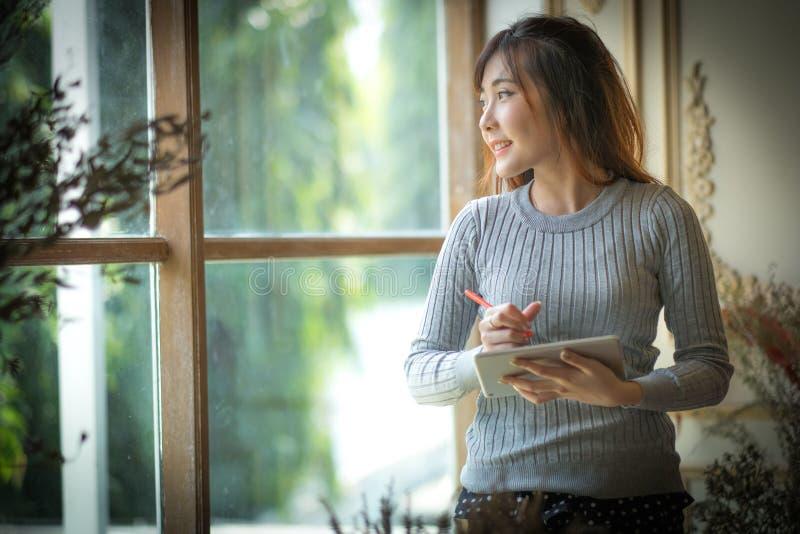 Het Meisje die op de tabletcomputer texting, met ruimte voor tekstadvertenties stock fotografie