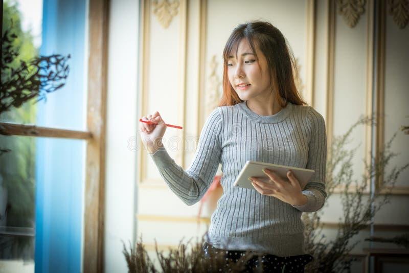 Het Meisje die op de tabletcomputer texting, met ruimte voor tekstadvertenties royalty-vrije stock foto's