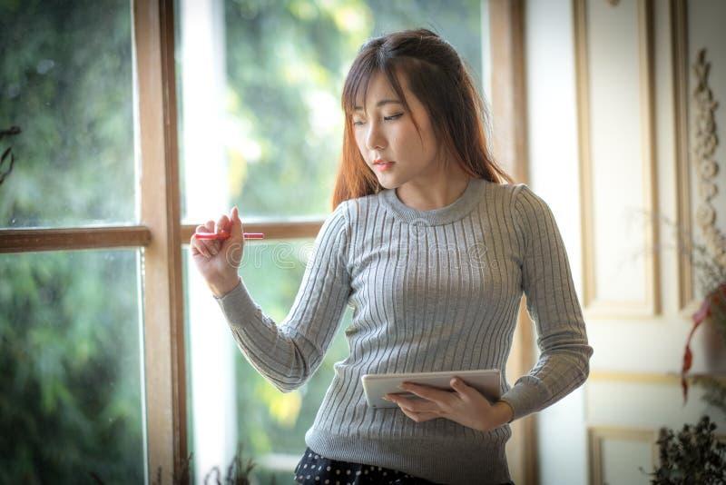 Het Meisje die op de tabletcomputer texting, met ruimte voor tekstadvertenties royalty-vrije stock afbeelding