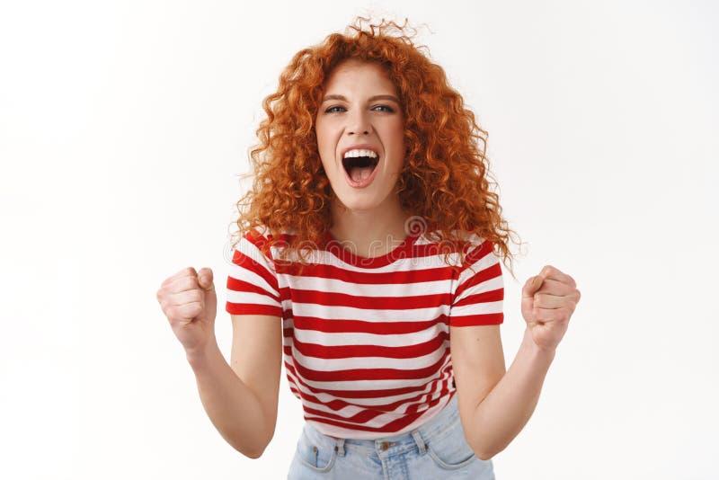 Het meisje die het toegewijde ontzagwekkende spel toejuichen die van het ventilatorbezoek ja moedigt scoredoel aan dichtklemt de  royalty-vrije stock foto's