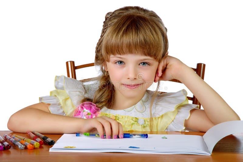 Het meisje die trekt glimlachen stock foto