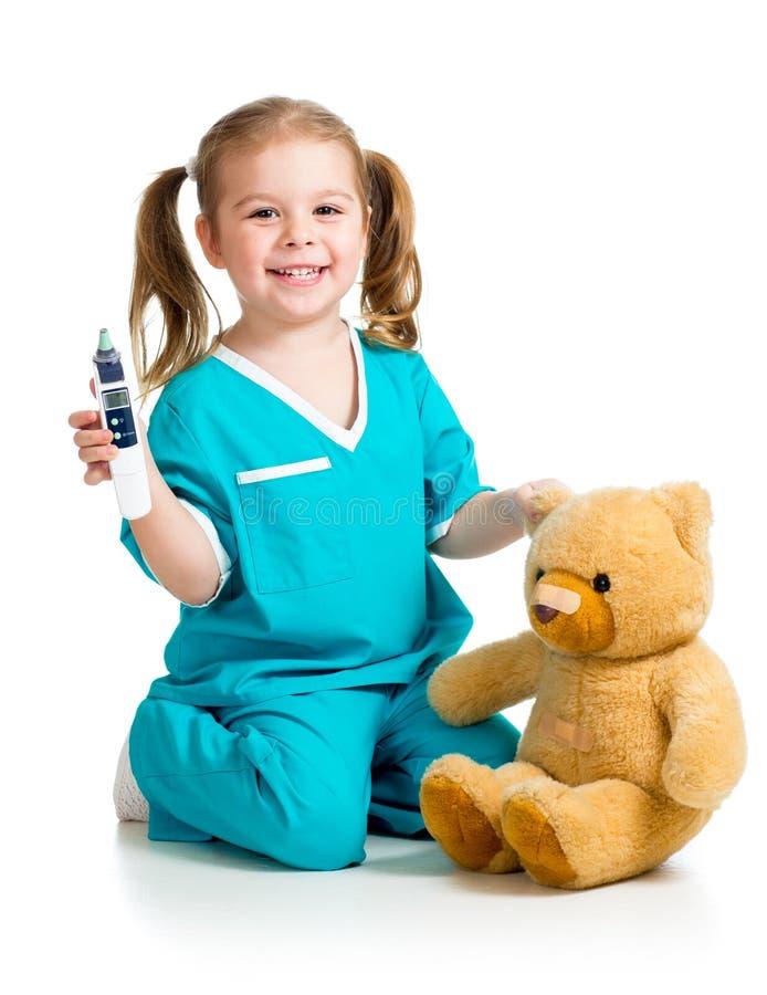 Het meisje die van de arts en temperatuurstuk speelgoed spelen meten royalty-vrije stock afbeeldingen