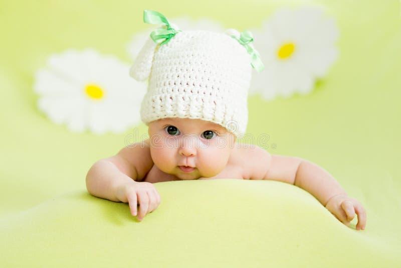 Het meisje die van de baby op groene weide liggen royalty-vrije stock afbeeldingen