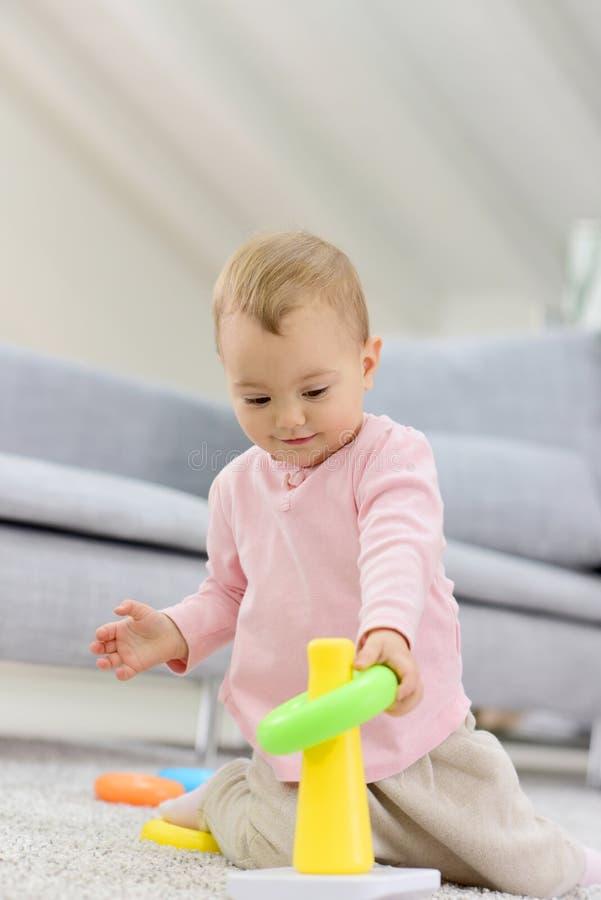 Het meisje die van de baby thuis spelen stock afbeelding