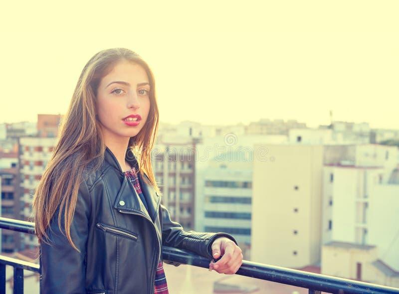 Het meisje die van de tienerrots zich openlucht bij dakterras bevinden stock foto's