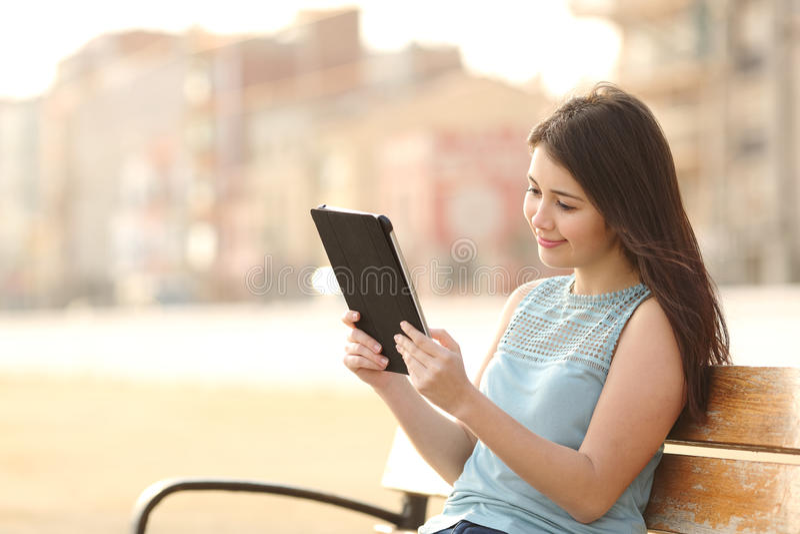 Het meisje die van de tienerstudent een tablet en het leren lezen royalty-vrije stock fotografie