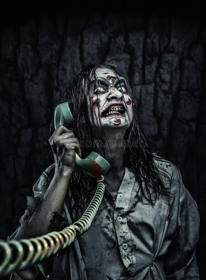 Het meisje die van de verschrikkingszombie telefonisch roepen royalty-vrije stock fotografie
