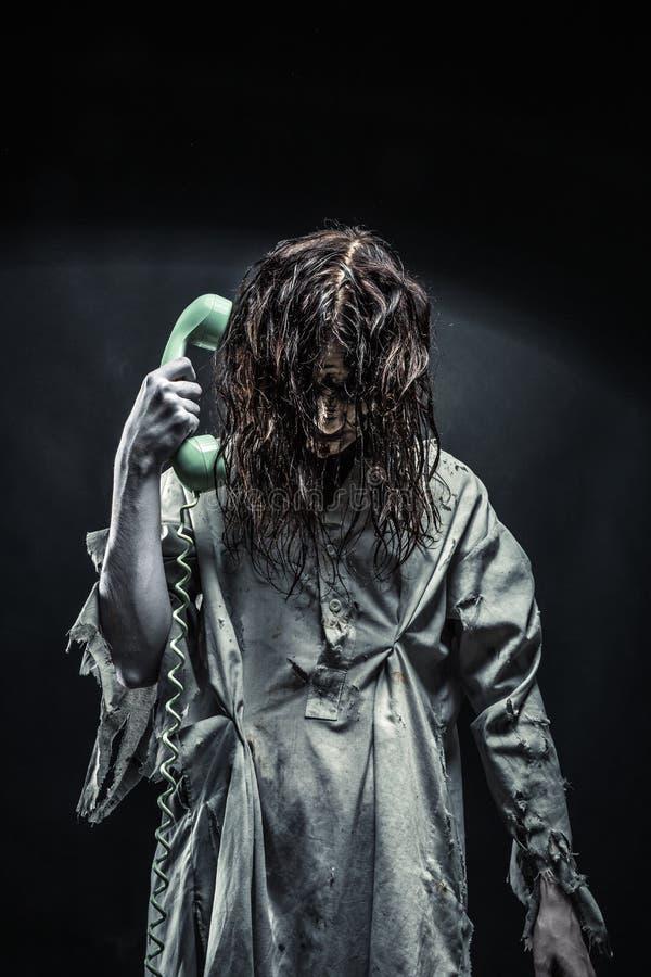 Het meisje die van de verschrikkingszombie telefonisch roepen royalty-vrije stock afbeelding