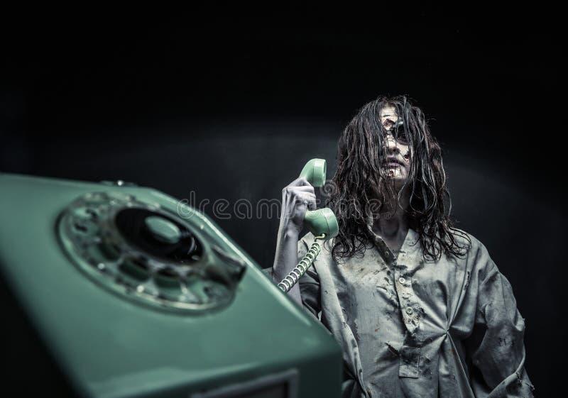 Het meisje die van de verschrikkingszombie telefonisch roepen stock foto's