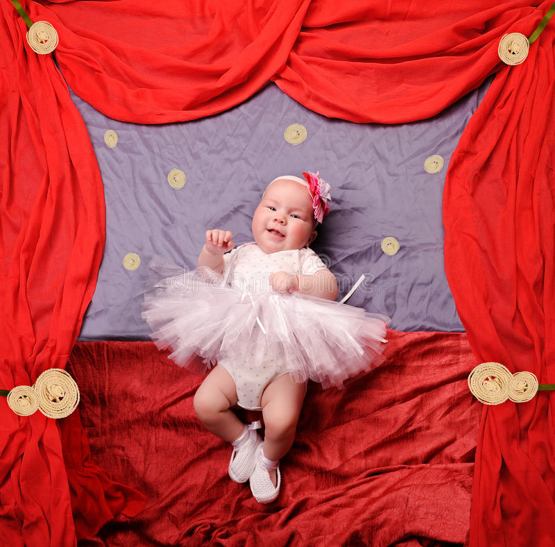 Het meisje die van de zuigelingsbaby witte ballerinatutu en gehaakte balletpantoffels dragen stock afbeeldingen